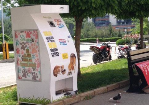 В Москве могут появиться аппараты выдачи корма бездомным котам и собакам